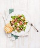 Prosciutto, Arugula, Basilikum, Feigen Salat und Glas Rotwein Lizenzfreie Stockbilder