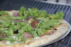 Prosciutto, arugula en fig.pizza Stock Afbeeldingen