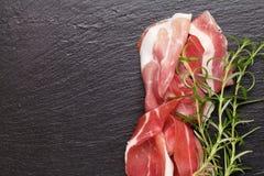 Prosciutto avec le romarin image stock