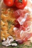 Prosciutto backte Pizzateig mit Tomate und mozza stockfotografie