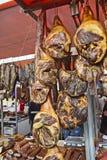 Prosciutto, bacon e salsiccie affumicati sulla vendita Fotografia Stock Libera da Diritti