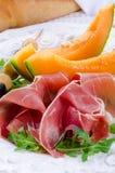 Prosciutto con il melone e le olive Immagine Stock