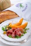 Prosciutto con il melone e le olive Immagine Stock Libera da Diritti