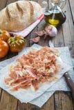 Prosciutto con pane, il pomodoro, l'aglio e l'olio d'oliva immagine stock libera da diritti