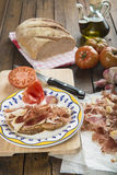 Prosciutto con pane, il pomodoro, l'aglio e l'olio d'oliva immagini stock libere da diritti