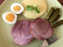 Prosciutto cotto di festa o del prosciutto con purea di patate, le uova di Pasqua ed i cetriolini fotografie stock