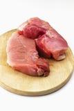 Prosciutto crudo della carne di maiale sul tagliere di legno su fondo bianco Fotografia Stock