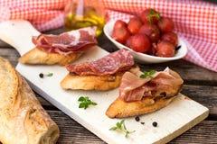 Prosciutto curado seco do presunto italiano no brinde do pão imagem de stock royalty free