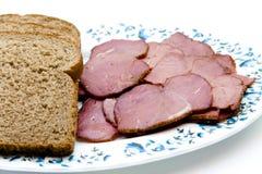 Prosciutto del bestiame con il pane del pane tostato sul piatto Fotografia Stock Libera da Diritti