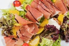 Prosciutto delicioso da salada com pêssegos um presunto imagens de stock royalty free