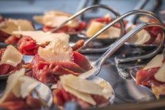 Prosciutto di Parma del cibo da mangiare con le mani e formaggio del parmigiano Fotografia Stock Libera da Diritti