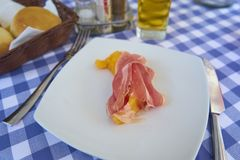 Prosciutto di Parma Dymili baleron Z melonem Na Białym talerza Serv zdjęcia stock