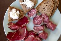 Prosciutto di Parma, salame, salsiccia e pane Fotografia Stock Libera da Diritti