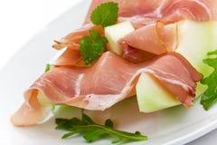 Prosciutto Di Parmaschinken und Scheibe drei der Melone Stockbild