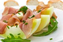 Prosciutto Di Parmaschinken und Scheibe drei der Melone Lizenzfreie Stockfotos