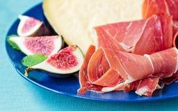 Prosciutto di Serrano con formaggio ed i fichi Immagine Stock