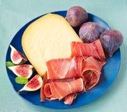 Prosciutto di Serrano con formaggio ed i fichi Fotografia Stock Libera da Diritti