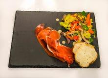 Prosciutto di Serrano con insalata e pane di verdure Fotografia Stock Libera da Diritti