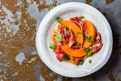 Prosciutto do serrano de Jamon, melão e salada da rúcula na placa cinzenta imagens de stock royalty free