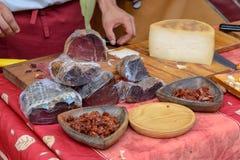 Prosciutto e formaggio nel mercato medievale Fotografie Stock