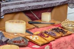 Prosciutto e formaggio nel mercato medievale II Immagini Stock Libere da Diritti