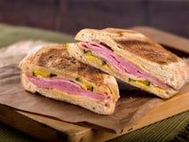Prosciutto e panino di panini tostato formaggio immagini stock