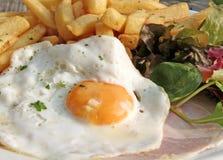 Prosciutto e patatine fritte dell'uovo Immagini Stock
