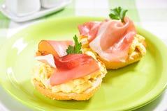Prosciutto e sandwich delle uova Fotografia Stock