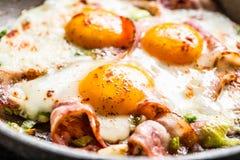 Prosciutto ed uova fritti del bacon della prima colazione inglese in pentola ceramica fotografia stock