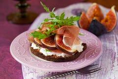Prosciutto, fico e panino del formaggio Fotografia Stock