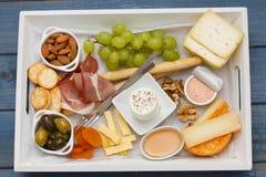 Prosciutto, fromage avec des biscuits, raisin Images libres de droits