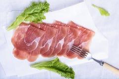 Prosciutto italiano, presunto curado da carne de porco Petisco cortado da carne imagens de stock
