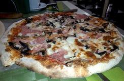 Prosciutto italiano recientemente apoyado de la pizza imágenes de archivo libres de regalías