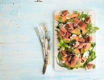 Prosciutto, melonu, figi i miękkiego sera sałatka na a, zdjęcie royalty free