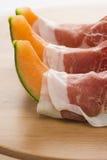 Prosciutto mit Melonemakro Lizenzfreies Stockfoto