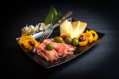Prosciutto, queijo e azeitonas cortados fotos de stock
