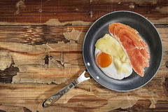 Prosciutto Rashers with Fried Egg and Edam Cheese in Teflon Fryi Royalty Free Stock Photos