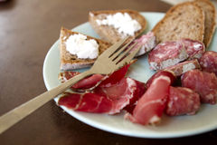Prosciutto, salami, saucisse et pain photos stock