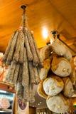 Prosciutto som är till salu i bolognaen Arkivbild