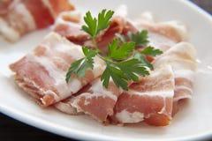 Prosciutto spagnolo asciutto, prosciutto italiano di prosciutto di Parma Crudo o di Parma, intero taglio della gamba sul piatto b fotografie stock