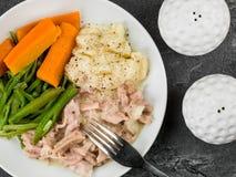 Prosciutto tirato con salsa di senape con i fagioli e le carote immagini stock libere da diritti