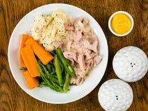 Prosciutto tirato con salsa di senape con i fagioli e le carote fotografie stock libere da diritti