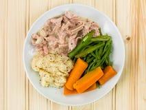 Prosciutto tirato con salsa di senape con i fagioli e le carote fotografia stock libera da diritti