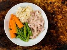 Prosciutto tirato con salsa di senape con i fagioli e le carote immagine stock
