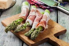 Prosciutto verpakte groene asperge Stock Afbeelding
