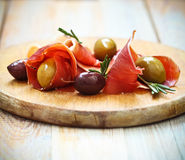 Prosciutto z oliwkami i rozmarynami obraz stock