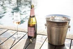 Prosecco color de rosa enfriado por la piscina imagen de archivo libre de regalías