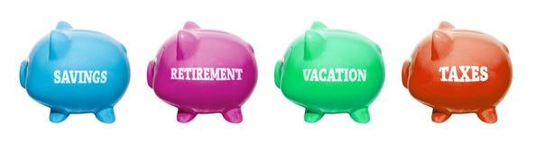 Prosiątko banków iwith przylepia etykietkę SAVINGS, emerytura, wakacje, podatki obrazy royalty free