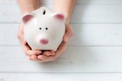 Prosiątko bank butelki pojęcia dolarowi pieniądze oszczędzania zdjęcie royalty free