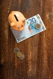 Prosiątko bank i dwadzieścia euro notatka Fotografia Royalty Free